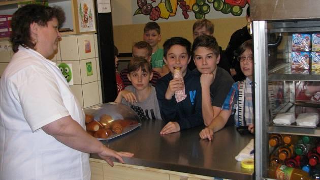 Nabídka bufetů ve školách se musí řídit novou vyhláškou. Prodávat lze pouze potraviny odpovídající svým výživovým složením zásadám zdravé výživy.