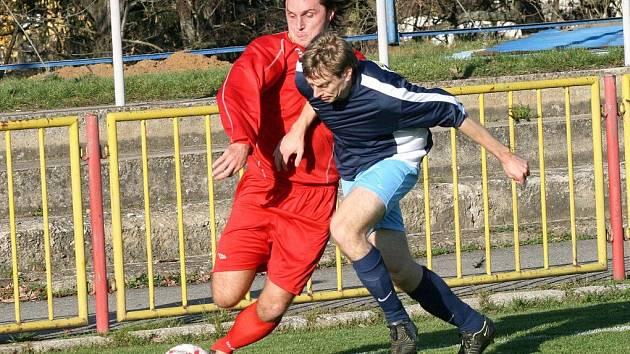 Velmi dobrý fotbal viděly v Třebíči dvě stovky diváků. Domácí (v modrém Pavel Smažil) nakonec z hřiště odešli se svěšenými hlavami. Duel o třetí místo v tabulce prohráli gólem deset minut před koncem.