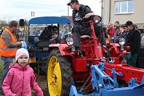 Soutěž v přetahování traktorů se těšila neobyčejné přízni diváků, kteří své favority hlasitě povzbuzovali. Nechyběly ani dobře míněné rady, které ovšem v rachotu motorů nemohli soutěžící slyšet.