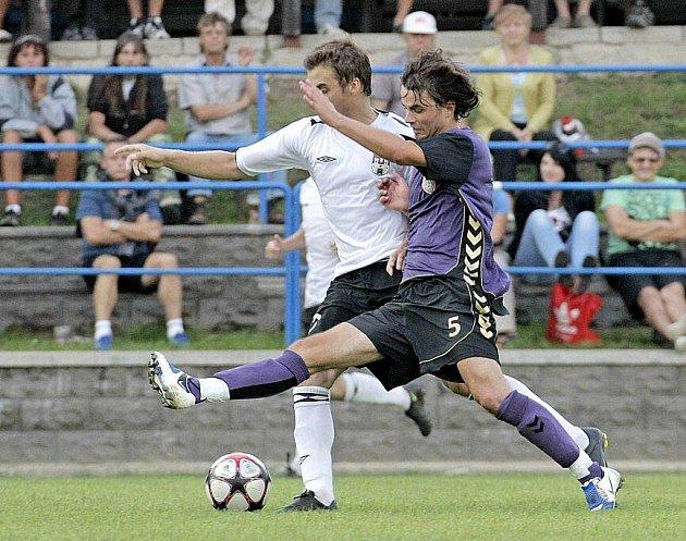 Fotbalisté Vrchoviny (ve fialovém dresu Lukáš Wolker), prohráli s Pelhřimovem i třetí divizní zápas. Navíc ani třetí letošní domácí zápas nedokázali dotáhnout k vítězství.