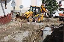 Práce na opravě Havlíčkova náměstí a přilehlé ulice Radniční ve Žďáře nad Sázavou pokračují. Hlavní aktivity spojené s rekonstrukcí vodovodních a kanalizačních sítí se momentálně přesunuly právě do ulice Radniční.