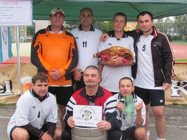 Žďárský Kozel Cup přitáhl v uplakaném počasí na hřiště za 2. ZŠ přes 160 hráčů. Z vítězství se radoval FC Rapid, který ve finále porazil pořádající Kozly.