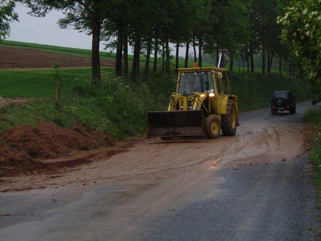 Nápor vody už hráz u silnice z řečice nevydržela.