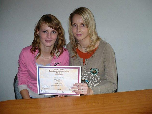 Jana Hejlová (vlevo) a Aneta Neubauerová si z Jihoafrické republiky přivezly ocenění svého projektu.