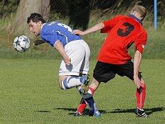 Hartvíkovičtí fotbalisté (vlevo Miloš Neuman) v derby s třebíčskou juniorkou sahali po vítězství, ale o tři body je připravila hlavička Ošmery tři minuty před koncem.