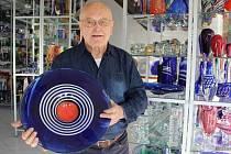 Pozorovat skláře při tvorbě ručně tvarovaných skleněných předmětů budou moci zájemci v sobotu od 6 do 12 hodin ve sklářské huti AGS Karlov skláře Jaroslava Svobody.