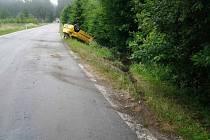 U Třech Studní skončil po nehodě osobní vůz na střeše. Nehoda se obešla bez zranění.