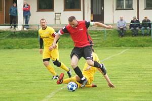 Fotbalisté Bobrové (ve žlutém) měli nedělní derby proti rezervě Nové Vsi (v červeném dresu Petr Bureš) pod kontrolou a zaslouženě zvítězili 4:0.