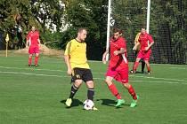 Po pěti porážkách v řadě se fotbalisté béčka Velké Bíteše (v červeném) dočkali tří bodového zisku. V sobotu doma zdolali Třebelovice 4:1.