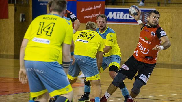 Nové Veselí (v červeném dresu Nikola Sekulič) prohrálo v Lovosicích (ve žlutých dresech) 28:30.