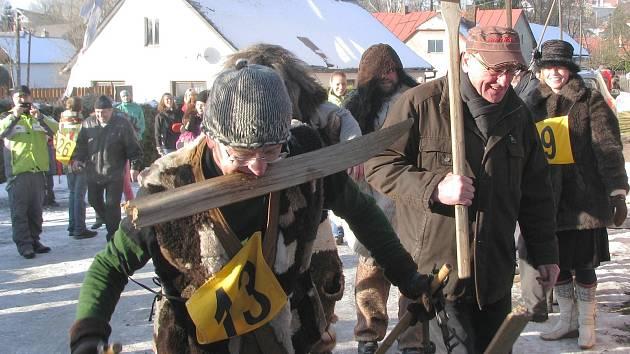 V Polničce je recesistický závod na starých lyžích tradicí, letos se koná už 48. ročník (foto je ze závodu 2012).