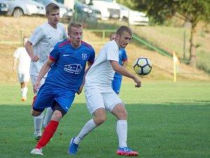 Fotbalisté béčka Žďáru (v bílých dresech) doma v neděli zdolali nevyzpytatelné Rapotice 3:1.