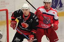 Poslední derby proti Havlíčkovu Brodu (v červeném) hokejistům Žďáru (v černém Marek Prokš) vůbec nevyšlo.