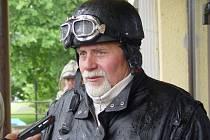 Vojtěch Hamerník z Vohančic přijel na sraz veteránů do Bystřice na motocyklu BSA se sajdkárou – po vlastní ose a v průtrži mračen.