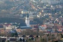 Město má sedm místních částí, kde loni většinou počet obyvatel zvolna rostl. V samotném Meziříčí trvale hlášených obyvatel od roku 2000 ubývá loni se město poprvé za více než čtvrtstoletí dostalo pod deset tisíc obyvatel.