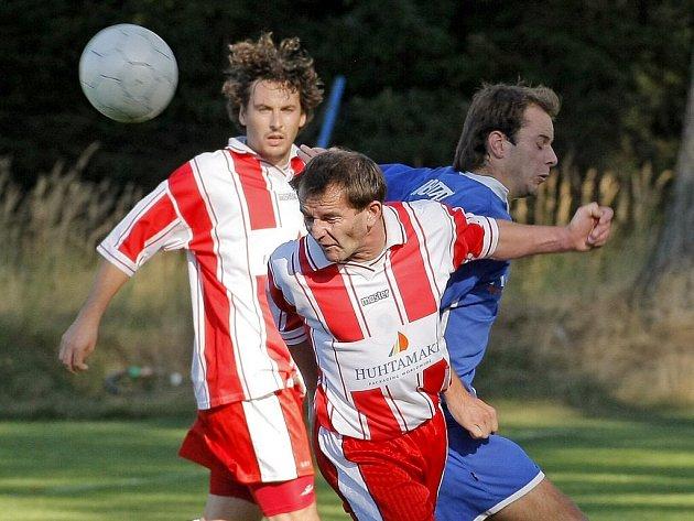 Fotbalisté Okříšek (v pruhovaných dresech) doma z pěti zápasů vytěžili třináct bodů. Zato venku je to bída. Svěřenci trenéra Maška si přivezli ze sedmi pokusů jen jeden.