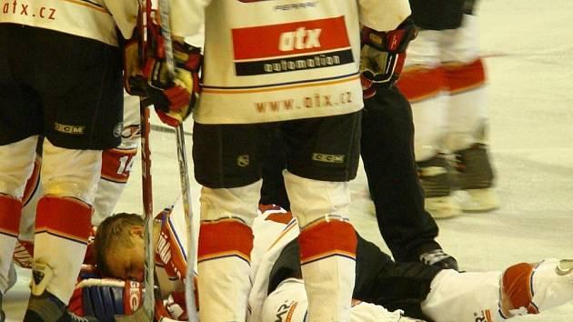 Při druholigovém zápase žďárských hokejistů v Nymburce šly žerty stranou. Otřesený Josef Hron byl po střetu s protihráčem odvezen se zlomeným nosem a silným otřesem mozku do nymburské nemocnice.