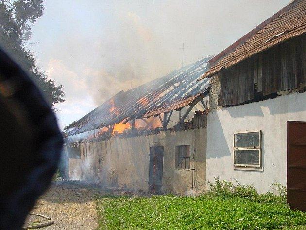 Požár v Pohledci na Novoměstsku měli hasiči hlášen pět minut po čtvrteční 14. hodině. Na místě zasahovaly jednotky ze Žďáru, Nového Města na Moravě, Sněžného, Bobrové a Pohledce. Škoda činí zhruba 1 milion korun.