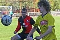 Fotbalisté Humpolce (vlevo Michal Černík) potvrdili, že doma soupeřům body moc nerozdávají.