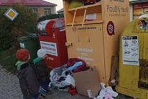Problém přeplněných nádob na použitý textil už Diakonie Broumov vyřešila a po výpadku sváží oblečení opět jednou týdně.