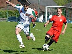 Fotbalisté Jiskry Měřín (v červeném).