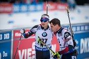 Ondřej Moravec a Michal Krčmář v závodu s hromadným startem na 15 km mužů v rámci Světového poháru v biatlonu.