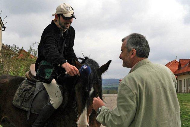 Daniel Burda ze Stržanova natáčí své reportáže pro rozhlas ze hřbetu svého poloarabského hnědáka Sethiho.