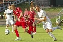 Loňský vzájemný souboj fotbalistů Bystřice nad Pernštejnem (v červeném) a Žďáru nad Sázavou (v bílém) skončil nečekaným výpraskem prvně jmenovaného celku. Hráči FC Žďas tehdy doma zvítězili vysoko 7:1.