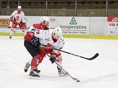 Také druhý zápas série mezi Žďárem ( v bílém) a Klatovy (v červeno-černém) nerozhodlo šedesát minut hry. Plameny získaly druhý bod v samostatných nájezdech.