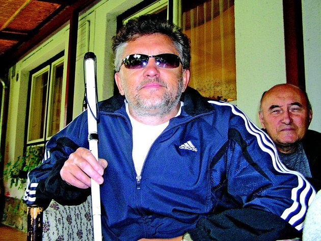 Na bílou hůl je odkázán třiapadesátiletý Jindřich Sobotka ze Žďáru nad Sázavou. Občas však uvítá pomoc druhých, například při přecházení silnice.