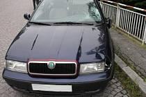 Viník najel z neznámých příčin se svým vozem Škoda Octavia do třech lidí.