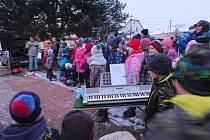 Na setkání u vánočního stromu v Nížkově na Žďársku nechyběl bohatý program pro děti i pro dospělé.