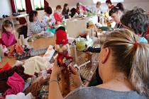 Křižánecké ženy (ale nejenom ženy) vyráběly skřítky z recyklovatelných materiálů.