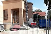 V budově Obecního úřadu ve Sněžném začala rekonstrukce spojená s výstavbou nových bytů.