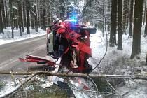 U Cikháje havaroval řidič s osobním vozidlem. Hasiči jej z vozidla museli vyprostit hydraulickým nářadím.