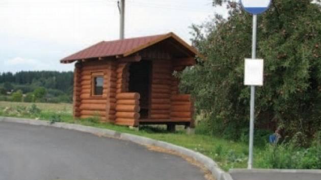 Na začátku Dvořišť chrání cestující před nepřízní počasí nová dřevěná čekárna.