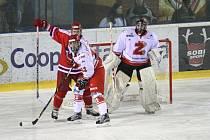 Po zisku tří bodů na ledě Jindřichova Hradce se druholigoví hokejisté Žďáru nad Sázavou (v bílém) v tabulce posunuli už na druhé místo tabulky skupiny Střed.