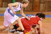 Skvěle připravené Podolí šlo od začátku za svým cílem. Basketbalisté Žďáru (ve světlém Pavel Růžička) byli prakticky celý zápas o krok pozadu.