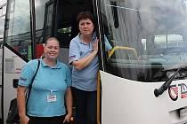 Prostřednictvím rekvalifikace se k novému povolání dostaly i dvě řidičky, které žďárská firma Zdar nyní zaměstnává. Autobus řídí Jana Novotná (vpravo) a Ludmila Dolejšová.