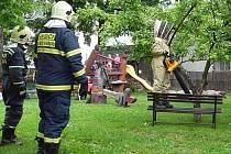 K likvidaci rojů hmyzu jsou vycvičeni všichni novoměstští hasiči. S včelami, vosami či sršněmi si poradí pomocí speciálního vysavače, obleku a repelentních postřiků.