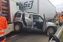 Na dálnici D1 se dopoledne srazily dva kamiony a osobní auto, dálnice více než hodinu stála.
