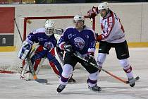 Chotěboř (v modrém) kladla Žďáru (vpravo Tomáš Ptáček) do poslední minuty tuhý odpor.
