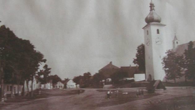 Náměstí v Radostíně nad Oslavou v roce 1935.