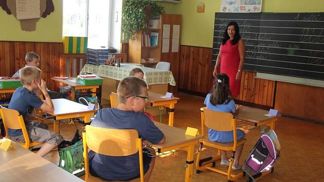 Děti se v malotřídních školách učí stejné učivo, jako ve velkým městských školách. Takto vítali před pár lety nový školní rok žáci a učitelé v Pohledci.
