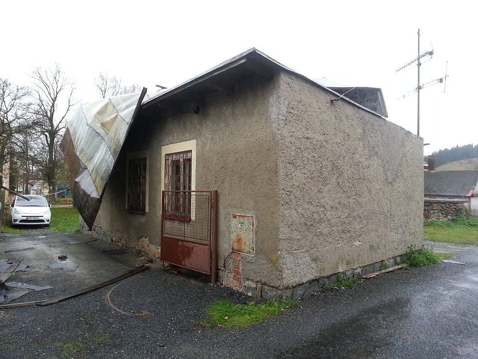Plechovou střechu poničil v neděli 29. října silný vítr na klubovně Střeleckého klubu Vojnův Městec.