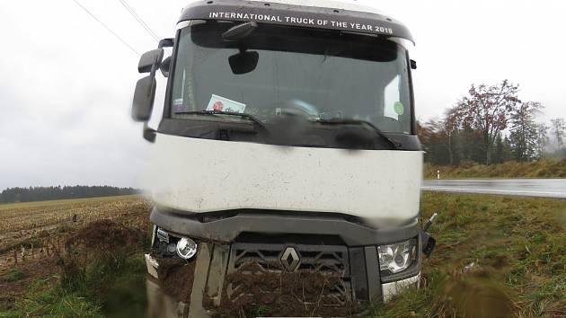 Opilý polský řidič kamionu boural na Žďársku. Teď musí na Česko zpomenout
