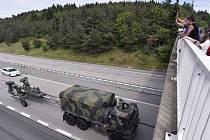 Konvoj amerických vojáků se přesunoval 28. května po dálnici D1 do Vyškova. Na snímku průjezd konvoje na 153. kilometru D1 u Lhotky na Žďársku.