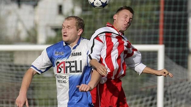 Fotbalisté Sapeli Polná (v modrobílém) poprvé v letošní sezoně zvítězili na hřišti soupeře. Jejich premiérovou výhru odnesl poslední celek soutěže Nová Ves.