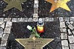 U hvězdy Karla Gotta někdo položil růži a zapálil svíčku.