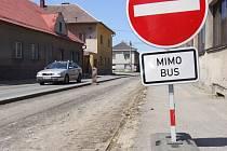 Uzavřená vozovka ve Vojnově Městci.